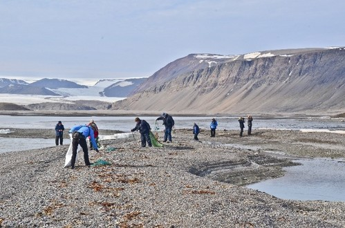 Passengers at work on a beach in Faksevagen in Lomfjord, NE Spitsbergen [photo: Pierre Malan]